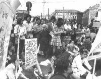 """Manifestazione per la legalizzazione dell'aborto. Su un cartello si legge: """"Il 100% delle persone che usano la pillola e che abortiscono sono donne. I"""