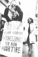 """Manifestazione per la legalizzazione dell'aborto. Una manifestante indossa il cartello: """"Aborto libero per non morire anticoncezionali per non abortir"""