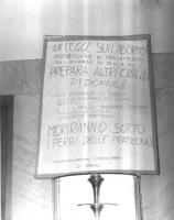 """Tabellone firmato """"Coordinamento consultori di Torino"""", contro la legge sull'aborto in discussione al Parlamento, frutto dell'accordo fra DC e PCI."""