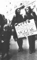 """Manifestazione per la legalizzazione dell'aborto. Due donne, vestite di nero, tengono in mano il cartello: """"Lutto per le donne che muoiono di aborto c"""