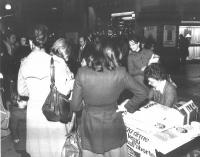 Tavolo di raccolta firme per il referendum sulla legalizzazione dell'aborto.