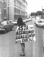 """Una militante radicale indossa il cartello: """"Basta con l'assassinio legalizzato - Partito Radicale"""", nel corso di una manifestazione antimilitarista n"""