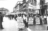 """Marcia contro la RAI, da piazza di Spagna. Partecipazione del Movimento di Liberazione della Donna. Cartelli: """"Perchè la RAI-TV non parla delle nostre"""