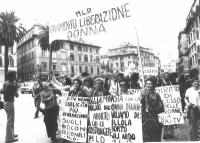 """Marcia contro la RAI da piazza di Spagna. Partecipa il Movimento di Liberazione della Donna. Cartelli: """"Basta con la donna Dixan. Parliamo di : pillol"""