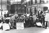 """Manifestazione davanti a Montecitorio, contro una legge sull'aborto scaturita dal compromesso fra DC e PCI. Cartelli: """"Quante vittime farà ancora il c"""