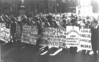 """Manifestazione davanti a Montecitorio, per la liberazione degli obiettori di coscienza incarcerati. Cartelli: """"Basta con il carcere - Vogliamo vivere"""""""