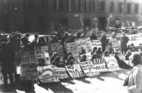 """Manifestazione davanti a Montecitorio, per la liberazione degli obiettori di coscienza incarcerati. Cartelli: """"Tanassi: ministero della difesa o difes"""