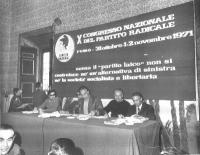 10° Congresso nazionale del PR. Vista della presidenza (da sinistra: Roberto Cicciomessere, ???, Marco Pannella, Mauro Mellini, Loris Fortuna) e del b