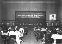 """13° Congresso del PR. Vista di una parte della platea, della presidenza, e del banner (""""Contro il regime, contro la DC, per l'alternativa, l'unità e i"""