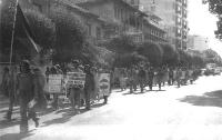 """Marcia antimilitarista. Cartelli: """"Disobbedienza civile e non collaborazione armi della rivoluzione"""", """"Non c'è democrazia né socialismo dove c'è eserc"""