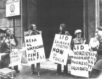 """Manifestazione davanti alla sede del PSI. Cartelli: """"Resa al Vaticano = Fine del PSI"""", """"LID la legge Fortuna non si tocca"""", """"LID divorzio migliorato d"""