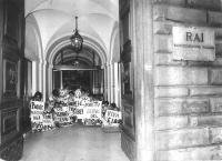 Manifestazione presso una sede della RAI contro l'esclusione dalla campagna referendaria radiotelevisiva sulla legge Fortuna-Baslini, sia del Pr sia d