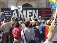 """Manifestazione anticlericale a porta Pia. Sullo sfondo, un banner con la scritta: """"Scienza, Chiesa e libertà? Amen""""."""