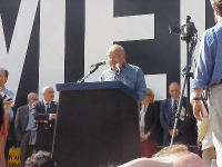 """Manifestazione anticlericale a porta Pia. Arnoldo Foà, dalla tribuna, legge passi de """"Il sillabo e dopo"""" di Ernesto Rossi."""