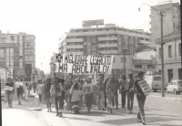 """Marcia antimilitarista. Cartello: """"Non migliorare l'esercito ma abolirlo!""""."""