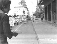 """Marcia antimilitarista. Cartelli: """"L'Italia fuori dalla NATO"""", """"Fuori i compagni dalle galere"""", """"Basta con le servitù militari in Friuli""""."""