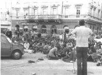 Marcia antimilitarista. Marco Pannella tiene un discorso al microfono, ai militanti seduti (fra gli altri, Peppino Calderisi).