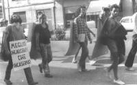 """Marcia antimilitarista. Un marciatore indossa il cartello: """"Meglio incarcerati che incasermati""""."""