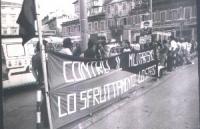 """8a marcia antimilitarista Trieste - Aviano. I manifestanti dispiegano lo striscione: """"Contro il militarismo lo sfruttamento lo Stato""""."""