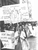 Dimostrazione dell'U.D.I. Una donna inalbera un cartello a sostegno dei consultori.