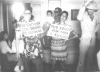 """Due donne - travestite da incinte - indossano cartelli per l'obiezione di coscienza al servizio militare: """"Mio figlio non deve imparare ad uccidere"""","""