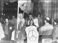 """Corteo con Marco Pannella. Una ragazza indossa il cartellone: """"Il simbolo elettorale [è raffigurato il simbolo della nonviolenza]"""