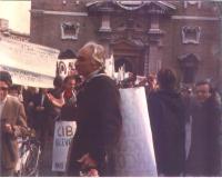 Marco Pannella, di fronte a porta Pia, presumibilmente in occasione della marcia di Pasqua del 1980.