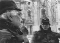 Pannella e Olivier Dupuis in divisa croata per le strade di Osijek. Bianco e nero. Foto dalla televisione, cattiva qualità. (5 copie)