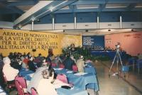 """""""Visione della sala del 4° congresso italiano del PR, banner: """"""""armati di nonviolenza per la vita del diritto, per il diritto alla vita, dall'Italia p"""