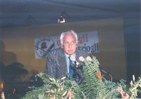 """32° Congresso. Marco Pannella alla tribuna. Sullo sfondo il cartello: """"O lo scegli o lo sciogli""""."""