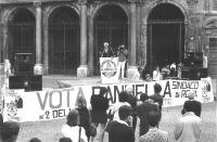 Comizio di Marco Pannella di fronte alla chiesa di Santa Maria in Trastevere, in occasione della campagna per le elezioni comunali della Lista Antipro