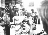 Marco Pannella e Vanna Barenghi in una manifestazione antiproibizionista, contro la mancanza di informazione.