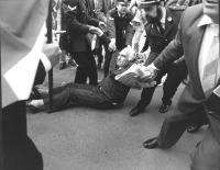 manifestazione radicale in occasione del vertice dei capi di Stato. Pannella viene portato via di peso dalla polizia (BN) ottima, importante