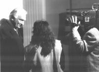 Marco Pannella, intervistato di fronte alla telecamera di Canale 5.
