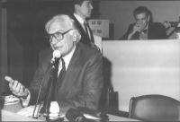32° Congresso del PR. Marco Pannella. Dietro di lui, in piedi: Armando Verdiglione. Sullo sfondo, seduto: Bruno Zevi.