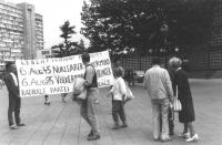 """""""Anniversario della bomba di Hiroshima. Manifestazione a Berlino Ovest con striscione retto da due militanti con su scritto: """"""""Leben! Friden! Freiheit"""