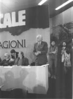 Marco Pannella al 32° Congresso del PR. Si riconoscono anche: Domenico Modugno e Athos De Luca.