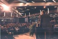 Marco Pannella (di spalle) parla dalla tribuna alla platea del 32° Congresso del PR.