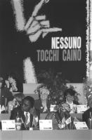 """""""membri fondatori (alcuni) di """"""""Nessuno Tocchi Caino"""""""" ripresi seduti sul palco con alle spalle logo e banner. Durante la fondazione ufficiale dell'as"""