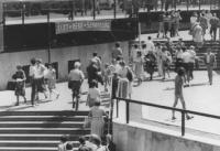 """""""Anniversario della bomba di Hiroshima. Manifestazione a Budapest con striscione steso in piazza Ferenc Deak con su scritto: """"""""èlet, bèke, szabadsàg"""""""""""