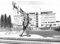 Marco Pannella davanti alla sede del Parlamento Europeo.