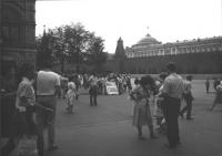 Anniversario della bomba di Hiroshima. Manifestazione a Mosca in piazza Rossa con striscione retto da due militati con scritte in cirillico (BN). Impo