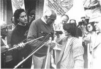 Comizio antiproibizionista di Pannella. Una contestatrice viene invitata da Pannella a esporre le proprie ragioni al microfono. Sullo sfondo: Luigi De
