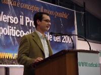 """Stefano Mazzocchi, alla tribuna, durante l'assemblea radicale: """"VERSO IL PROGETTO POLITICO-ELETTORALE DEL 2001""""."""