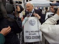 Marco Pannella, intervistato nel corso di un sit in davanti a Palazzo Chigi, nell'imminenza della votazione all'ONU, circa un provvedimento di espulsi