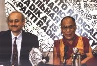 Sergio D'Elia e il Dalai Lama, sullo sfondo del banner del PR.