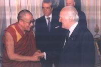 Il presidente della Repubblica Oscar Luigi Scalfaro stringe la mano al Dalai Lama, il giorno del ricevimento ufficiale.