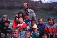 Antonio Russo in un gruppo di bambini kosovari.