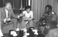 Pannella e Negri a colloquio con statista africano in divisa militare (BN)