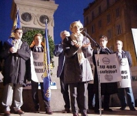 Manifestazione anticlericale sotto al monumento a Giordano Bruno. Al microfono: Emma Bonino. Dietro a lei, da sinistra, Marco Cappato, Bruno Mellano,